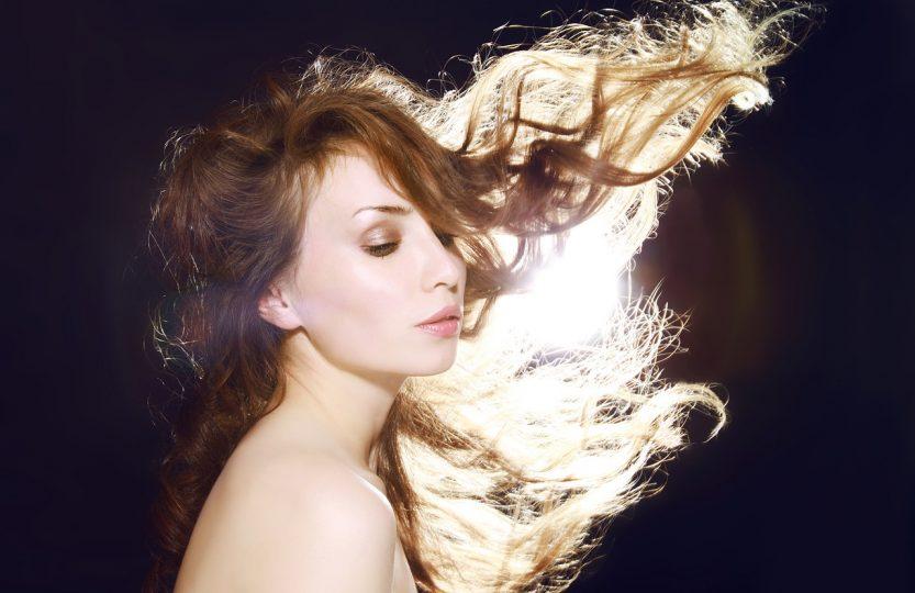 stylizacja włosów - czy warto używać lakieru?